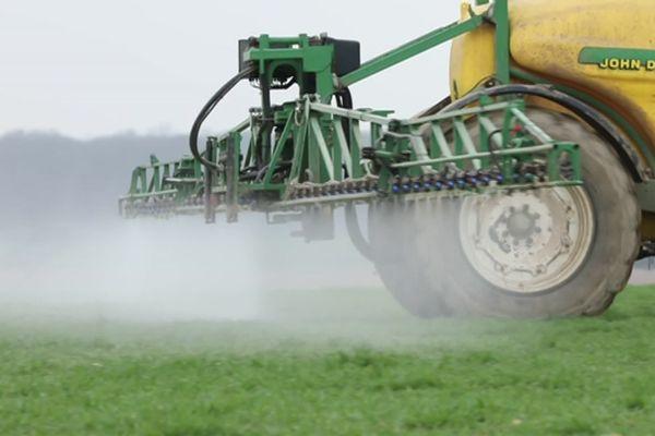 Epandage de pesticides dans un champ