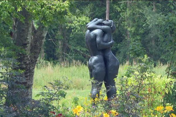 """""""La vague"""" - sculpture monumentale de Gudmar Olovson exposée depuis juillet 2019 dans le Jardin de l'Amour du Château de Cheverny (Loir-et-Cher)"""