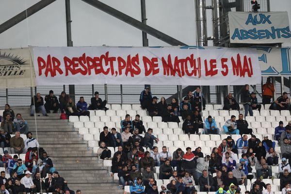 Avril 2019, OM - FC Nantes au stade Orange Vélodrome, des supporters déploient en tribune une banderole demandant l'annulation des matchs pour la journée du 5 mai en mémoire de la tragédie de Furiani.