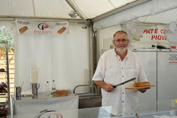 Pascal Picquet présente son pâté en croûte, renommé, à la Foire de Châlons.