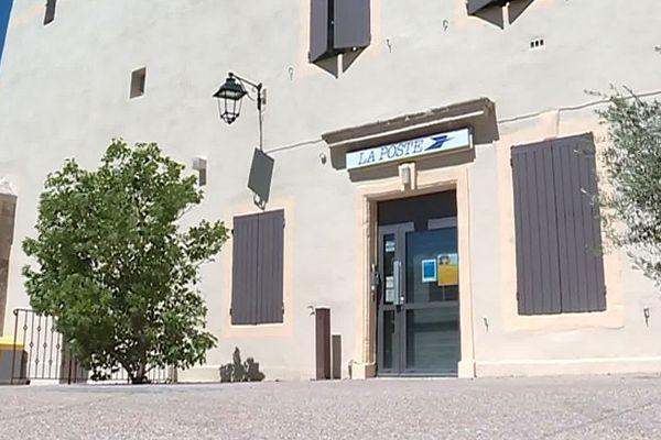 Vallabrègues (Gard) - le bureau de poste a fermé ses volets pour cause de vacances - juillet 2019.