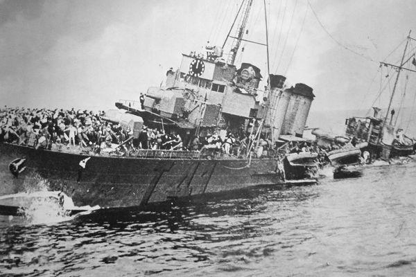 Le naufrage du contre-torpilleur français La Bourrasque, au large d'Ostende (Belgique), après avoir quitté Dunkerque, le 30 mai 1940.