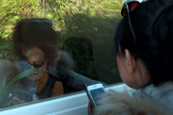 Confinement et coronavirus : cette dame voit sa fille à travers la vitre de sa chambre d'un Ehpad de la Seyne-sur-Mer. Elles se parlent avec le téléphone.