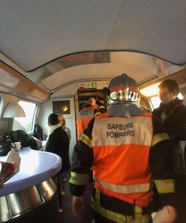 Des pompiers dans la voiture bar du TGV accidenté