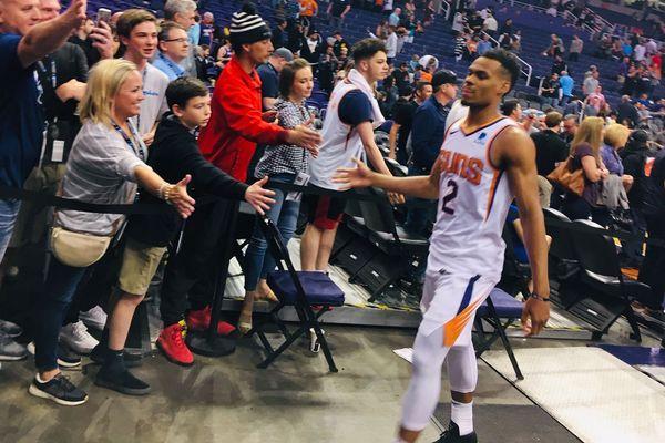 Elie Okobo sort du terrain après le match Phoenix Suns vs New York Knicks