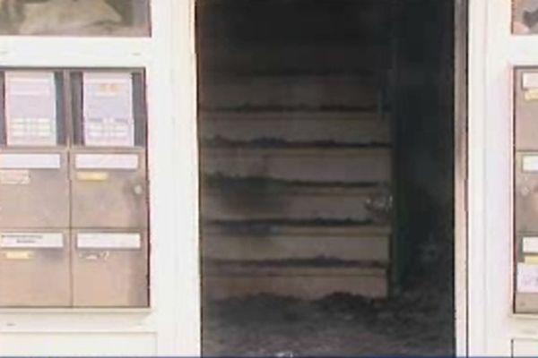 Le feu a pris dans cette cage d'escaliers.