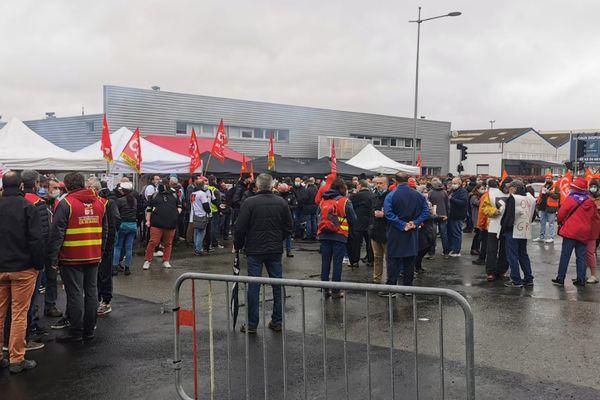 Des délégations de Poitou et de Bretagne ont rejoint la mobilisation devant l'usine du Mans, le 6 mai 2021