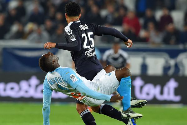 le bordelais Pablo bouscule le joueur de l'OM Mario Balotelli après que celui-ci lui a asséné un coup sur le nez  lors de la rencontre Bordeaux -OM pour la 31e journée de ligue 1.