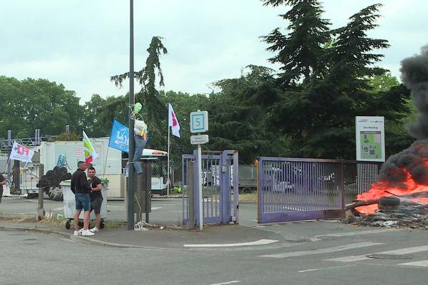Toulouse - Grève des agents territoriaux de la ville et de la Métropole. Blocage d'un dépôt d'ordures ménagères ce matin jeudi 17 juin 2021.