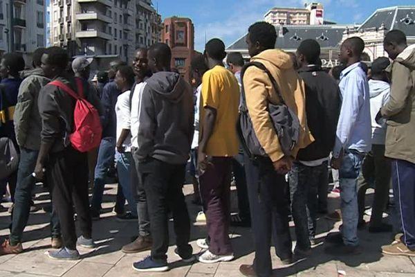 Des migrants arrivent en Gare de Nice, accompagnés par des associations afin de faire une demande d'asile