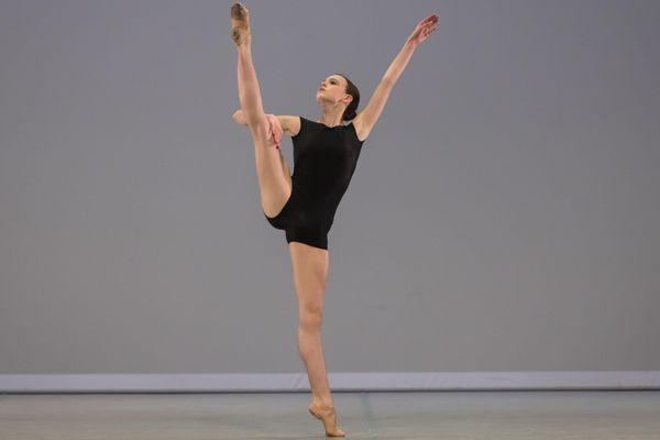 Lors des sélections, Mackenzie Brown a notamment interprété la variation classique de la Bayadère et un solo, extrait du ballet Abstract, pièce créée en 2018 par Jean-Christophe Maillot.