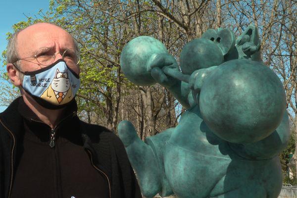 Philippe Geluck, lors de l'installation de ses œuvres sur les Champs-Elysées, mercredi 24 mars.