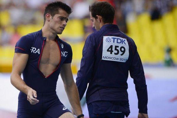 Valentin Lavillenie allant vers son frère Renaud après son élimination en finale de saut à la perche