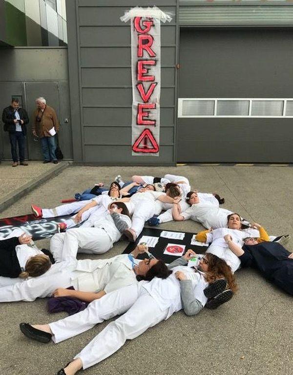 Le personnel soignant s'est allongé devant l'entrée du service des urgences de Chalon-sur-Saône pour dénoncer des conditions de travail intenables.