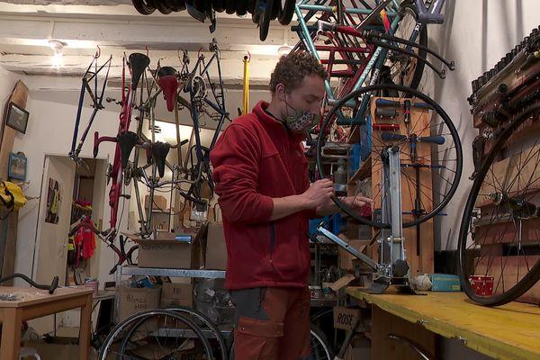 Avec les Vélos Papillon, Benjamin fabrique des deux-roues sur mesure à partir de pièces de récupération.