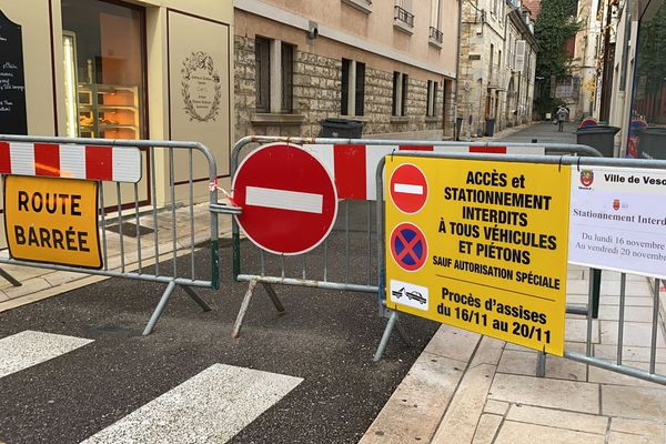 Les accès au tribunal judiciaire de Vesoul bloqués. Aucun public ne peut assister à l'audience, ce n'est pas un motif de déplacement dans le cadre du confinement Covid-19.