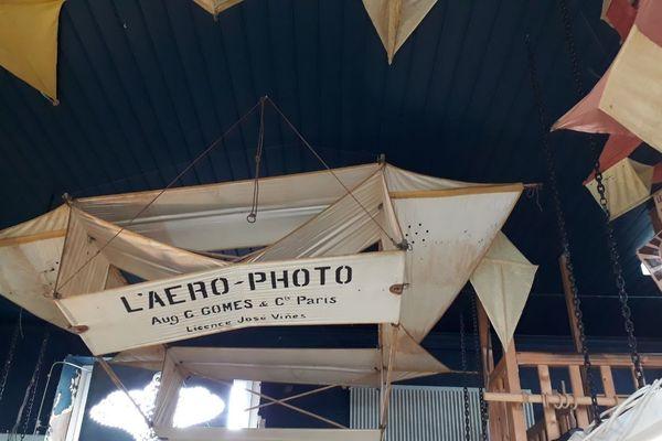 L'un des plus anciens cerf-volants exposés dans le magasin.
