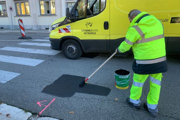 La piste Tempovélo des quai de l'Isère est supprimée, lundi, par les agents de la métropole de Grenoble.