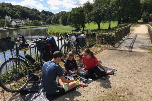 Pause cycliste le long du canal de Nantes à Brest