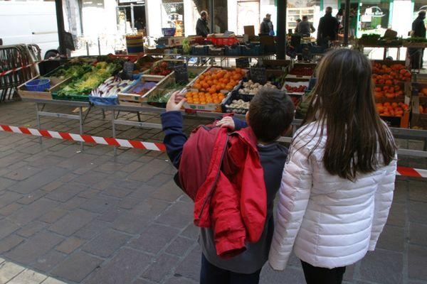 Un marché de Grenoble pendant le confinement.