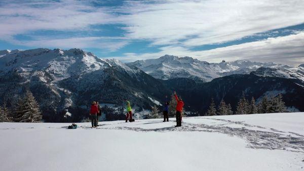 Laurent Guillaume prend un cours de Snowga en altitude.