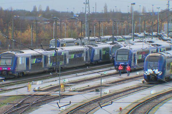 Des trains à l'arrêt, lundi, à Lille.