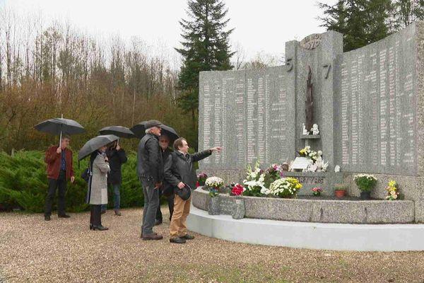 """Le mémorial avec les noms des victimes qui ont péri dans l'incendie du """"5-7"""""""