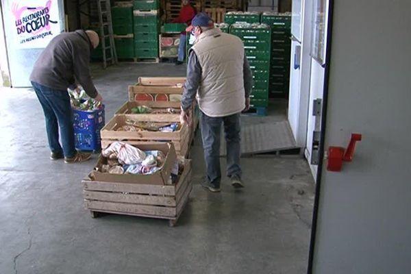 les bénévoles préparent les denrées alimentaires.
