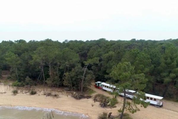 Tous les étés le p'tit Train de Saint-Trojan sur l'île d'Oléron transporte des dizaines de milliers de passagers. Au fil du temps, le trajet du p'tit Train s'est raccourci à cause de l'érosion du littoral.