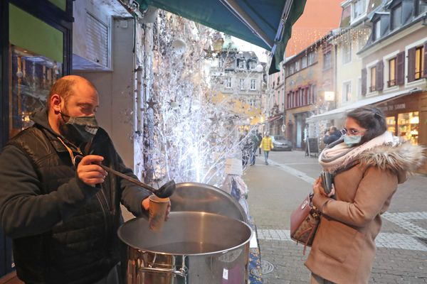 Un homme vendant du vin chaud à Mulhouse, le 9 décembre 2020.