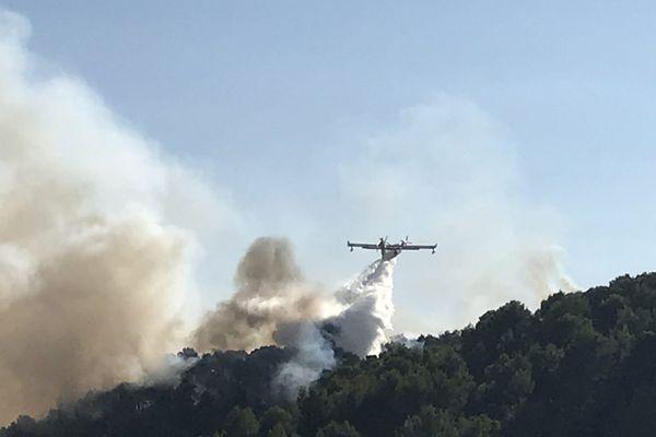 Le feu à Bellegarde-en-Diois a ravagé 2 hectares de terrain, jeudi 17 septembre, mobilisant 80 pompiers et une vingtaine d'engins. Photo d'archive.