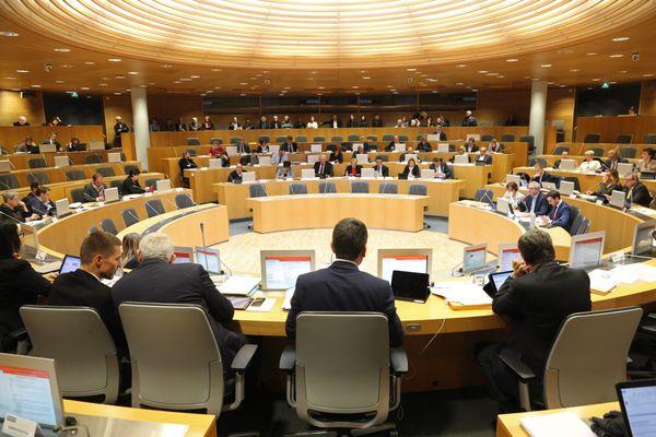 Jean Rottner, le président de la Région Grand Est, à la tribune devant l'hémicycle à Strasbourg.