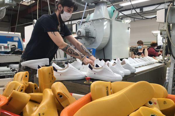 Une chaîne de production de sneakers à La Manufacture de Montjean-sur-Loire (Maine-et-Loire).
