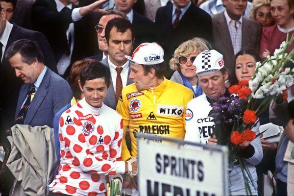Raymond Martin avec son maillot à pois rouges sur le podium du Tour en 1980 aux côtés du vainqueur, le néerlandais Joop Zootemelk
