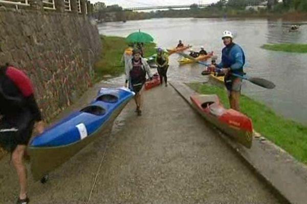Annulation du Marathon des Gorges de l'Ardèche et la morosité à l'arrivée pour les kayakistes autorisés à effectuer la descente - 10/11/12