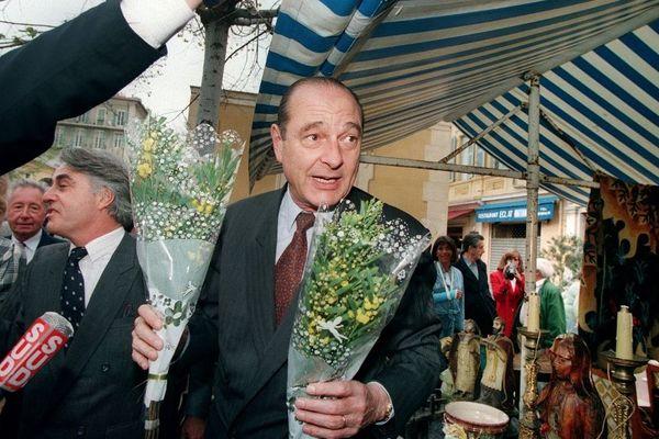 Jacques Chirac le 3 avril 1995 sur la marché Saleya dans le cadre de sa campagne électorale. C'est la rue derrière le cours qui sera rebaptisée.