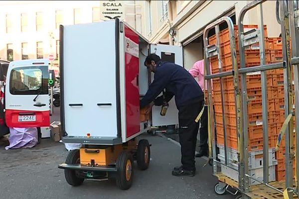 ALF mesure 1,75 m mais n'est pas plus large qu'un fauteuil roulant. Le robot peut aller jusqu'à 7 km/h.