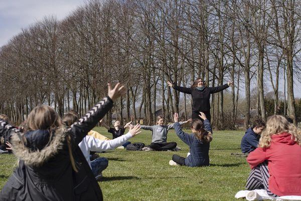 Cette professeur danoise donne une leçon de musique à l'extérieur, le 15 avril 2020.