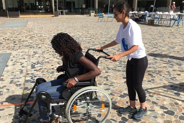Pour faire comprendre ce qu'est vivre dans un fauteuil, l'ONG proposait un parcours de sensibilisation.