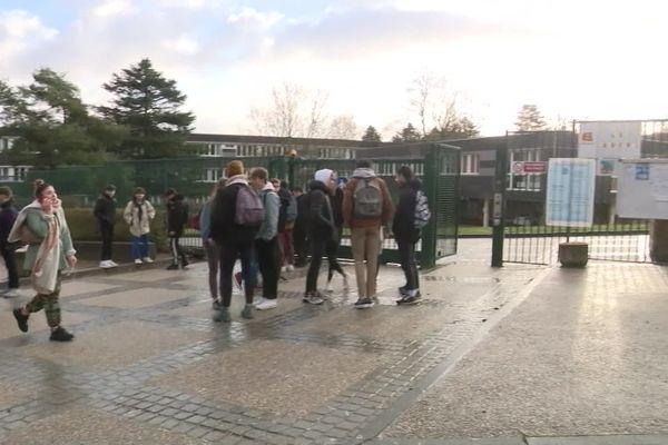 Le lycée général et technologique Dumézil de Vernon, compte 2000 élèves. Il est ouvert depuis 1967.