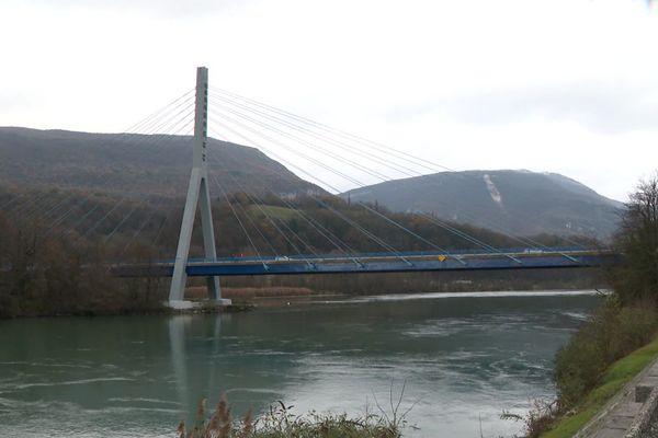 Le pont à haubans... des Seyssel.