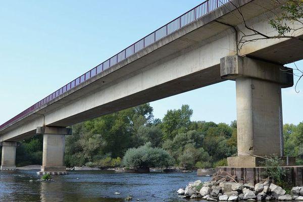 Le pont de Loire à Imphy, dans la Nièvre.
