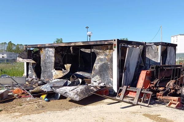 Les incendies ont touché des poubelles, des véhicules mais également ces installations de chantier installées dans le quartier du Vert-Bois.