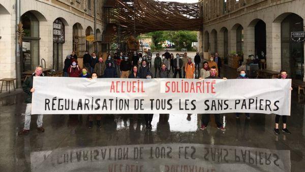 Des bénévoles du collectif Bienvenue et de Darwin réunis vendredi 1er mai pour appeler à régulariser les sans-papiers.