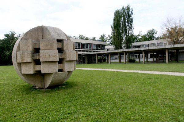Les cours de l'école centrale de Lyon ont lieu à distance depuis la détection de 252 cas de coronavirus parmi les étudiants