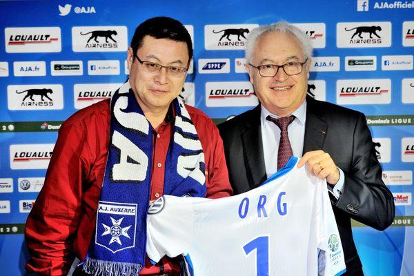 James Zhou, aux côtés ici de Guy Cotret, est devenu propriétaire de l'AJ Auxerre le 13 octobre 2016.