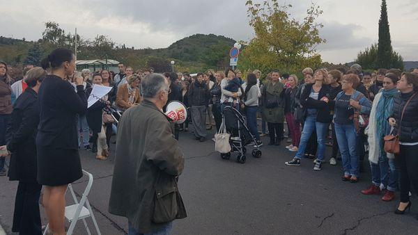 Les personnels de la Châtaigneraie rassemblés devant l'établissement beaumontois.