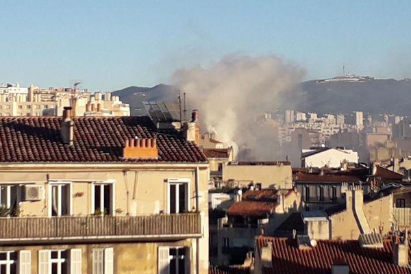 L'incendie s'est déclenché ce dimanche matin dans un magasin d'alimentation. Une soixantaine de pompiers sont actuellement en cours d'intervention.