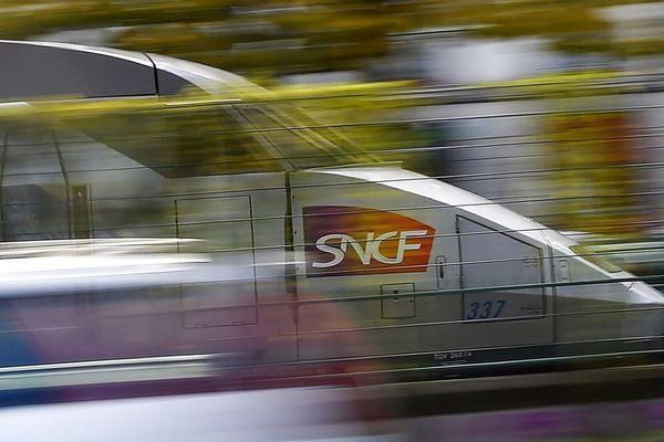 Depuis le 24 septembre 1989, le TGC relie Paris à Nantes en 2 heures et Le Mans en 55 minutes, en 2018 le TGV a transporté 11 millions de voyageurs entre Nantes et Paris