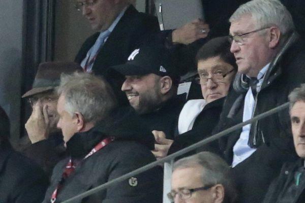 Gérard Lopez (souriant en casquette noire) aux côtés de Michel Seydoux et du ministre Patrick Kanner lors du match LOSC-OL.